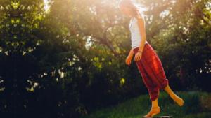 歩くだけの瞑想!?「歩行瞑想」のやり方・効果とは