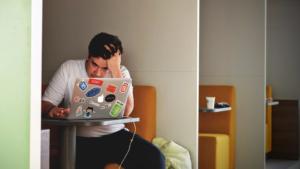 「仕事のストレスが限界!」職場で爆発する前にどう対処すべき?